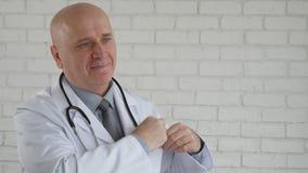 Cámara lenta con el doctor cansado Taking Out Stethoscope que acaba su sonrisa del trabajo almacen de metraje de vídeo