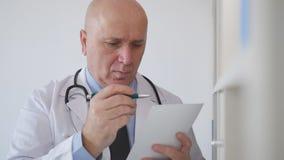 Cámara lenta con el doctor confiado Writing una prescripción para un tratamiento médico almacen de metraje de vídeo