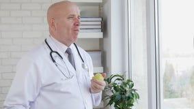 Cámara lenta con el doctor Eating Apple fresco en pausa del trabajo metrajes
