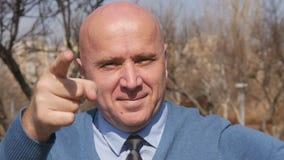 Cámara lenta con el hombre de negocios que señala con el finger y que hace la buena muestra de la mano del trabajo