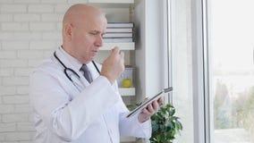 Cámara lenta con las notas del doctor Interior Hospital Taking usando una pluma y un orden del día almacen de video