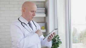 Cámara lenta con las notas del doctor Interior Hospital Taking usando una pluma y un orden del día metrajes