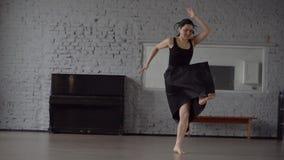 Cámara lenta - danza divertida en el estudio, movimiento loco en la cámara lenta almacen de metraje de vídeo