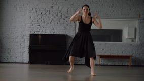 Cámara lenta - danza divertida en el estudio, movimiento loco en la cámara lenta metrajes