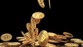 Cámara lenta de la caída de los bitcoins del oro en pila ilustración del vector