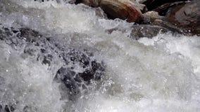 Cámara lenta de la cascada potente almacen de metraje de vídeo
