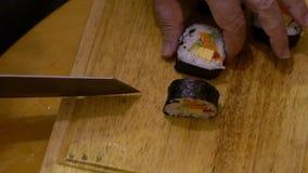 Cámara lenta de la comida de Makizushi Proceso de hacer el sushi y los rollos hechos en casa metrajes