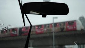Cámara lenta de la conducción de automóviles en día de invierno frío de la nieve de la ventisca almacen de metraje de vídeo