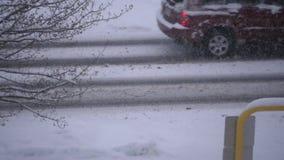 Cámara lenta de la conducción de automóviles en día de invierno frío de la nieve de la ventisca metrajes