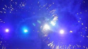 Cámara lenta de la demostración del fuego Fuegos artificiales Demostración del fuego con el hombre del baile El sorprender en la  metrajes