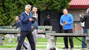 Cámara lenta de la gente que juega a tenis de mesa en el parque