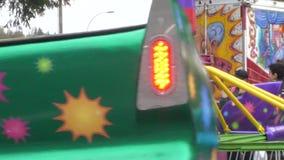 Cámara lenta de la gente que se divierte en el carnaval almacen de video