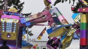 Cámara lenta de la gente que se divierte en el carnaval almacen de metraje de vídeo