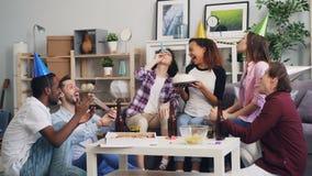 Cámara lenta de la juventud que celebra cumpleaños con los silbidos de la torta, del confeti y del partido almacen de video