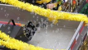Cámara lenta de la máquina para hacer de las burbujas de jabón