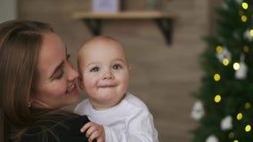 Cámara lenta de la madre y del bebé Familia feliz Mamá con su niño que sonríe y que se ríe a casa almacen de video