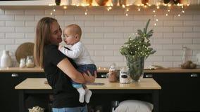 Cámara lenta de la madre y del bebé Familia feliz Mamá con su niño que sonríe y que se ríe a casa metrajes