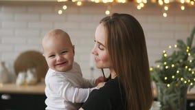 Cámara lenta de la madre y del bebé Familia feliz Mamá con su niño que sonríe y que se ríe a casa almacen de metraje de vídeo