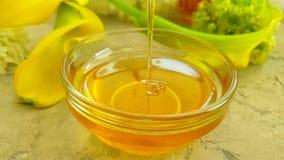 Cámara lenta de la miel de la hortensia de la flor de la salud de la vitamina del fondo concreto gris natural fresco del producto metrajes