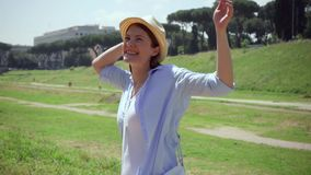 Cámara lenta de la mujer que aumenta los brazos para arriba en el circo Maximus en Roma Viajero femenino que disfruta de vacacion almacen de metraje de vídeo
