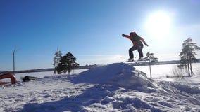 Cámara lenta de la snowboard, backflip de salto del snowboarder que pasa por encima almacen de metraje de vídeo