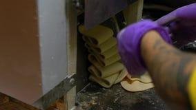 Cámara lenta de las manos del hombre prepairing la pasta de la bola de masa hervida en el mercado Taiwán de la noche almacen de video