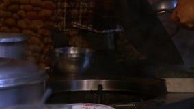 Cámara lenta de las verduras de los cocineros del hombre en el fuego en la cocina del restaurante de Taiwán almacen de metraje de vídeo