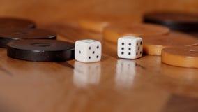 Cámara lenta de los dados que ruedan en juego del backgammon metrajes