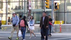 Cámara lenta de los viajeros que cruzan la calle para tomar el autobús o el skytrain almacen de video
