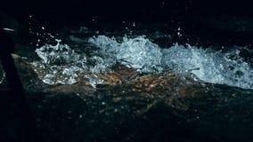 Cámara lenta de ondas en el agua oscura Fondo natural dramático que sorprende Tiroteo con 180fps Místico y mágico épicos metrajes