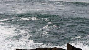 Cámara lenta de Oregon del día de las olas oceánicas de la bahía cubierta de Depoe almacen de metraje de vídeo