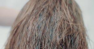 A cámara lenta de proceso del cabello seco almacen de metraje de vídeo