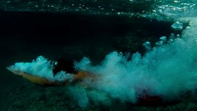 Cámara lenta de un hombre que salta en el agua almacen de video