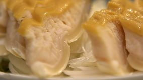 Cámara lenta de un plato de un carne de tiburón en Asia, cocinado en restaurante chino almacen de video
