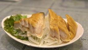 Cámara lenta de un plato de un carne de tiburón en Asia, cocinado en restaurante chino metrajes