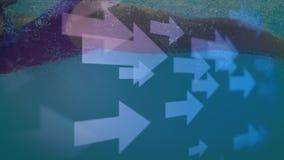 Cámara lenta de una mujer que nada bajo el agua en una piscina azul