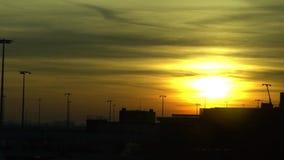 Cámara lenta del aeroplano de la puesta del sol en el aeropuerto internacional de Amsterdam Schiphol metrajes