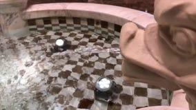Cámara lenta del agua de la fuente dentro del hotel de Grand Hyatt almacen de video