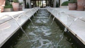 Cámara lenta del agua en una pequeña fuente en un primer metrajes