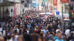 Cámara lenta del cambio de la inclinación de Bruselas del tráfico peatonal de la ciudad almacen de metraje de vídeo