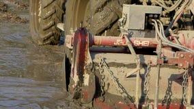 Cámara lenta del campo del arroz de las paletas del agrimotor en campo Primer del tractor metrajes