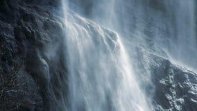 Cámara lenta del cleanwaterfall fresco de la fuente del agua de manatial del fondo de la cascada almacen de metraje de vídeo