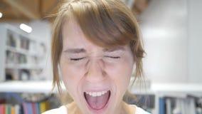 Cámara lenta del griterío, cierre de grito de la mujer joven para arriba almacen de metraje de vídeo