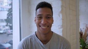 Cámara lenta del hombre africano casual joven sonriente metrajes