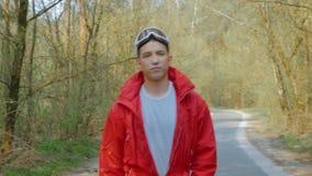 Cámara lenta del individuo en un traje de esquí en el bosque