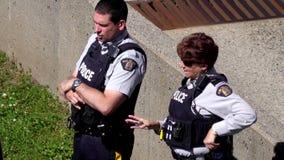 Cámara lenta del oficial de policía que charla junto al lado de la comisaría de policías metrajes
