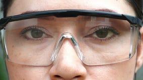 Cámara lenta del ojo con los vidrios almacen de video