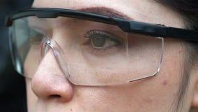 Cámara lenta del ojo con los vidrios metrajes