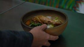 Cámara lenta del pollo delicioso con arroz en un cuenco en el restaurante taiwanés almacen de video