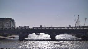 Cámara lenta del Támesis de Londres con la vista del puente de Blackfriars metrajes